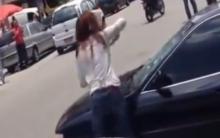 Mulher destrói Carro com Golpes de Martelo – Vídeo