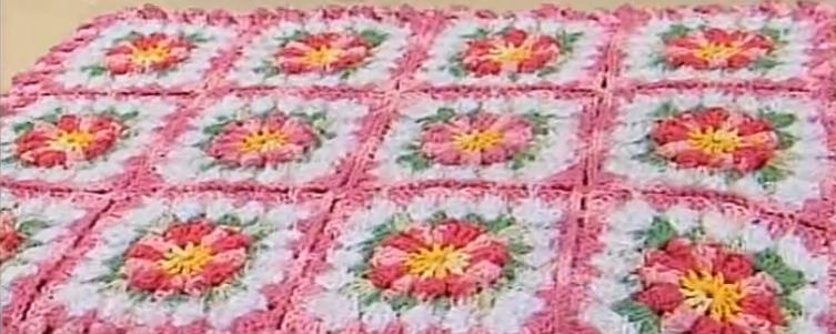 Modelo de Tapete em Flores e Flor de Crochê