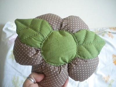 almofada-flor-pequena-marrom-verde