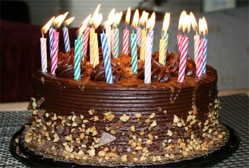 bolo-de-aniversario-chocolate-nozes-velas