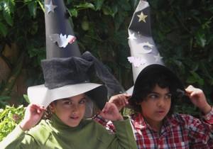 chapeu bruxa criancas 300x210 Como Fazer Chapéu de Bruxa Para o Halloween   Passo a Passo