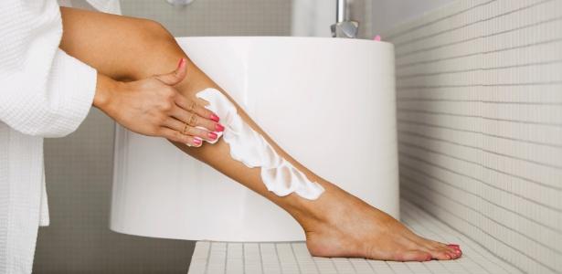 mulher-aplicando-creme-depilatorio-nas-pernas