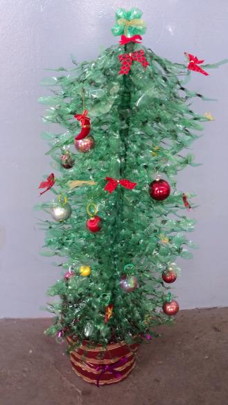 decoracao arvore de natal reciclavel : decoracao arvore de natal reciclavel:de material reciclado, desde retalhos de tecido, até tampinhas de