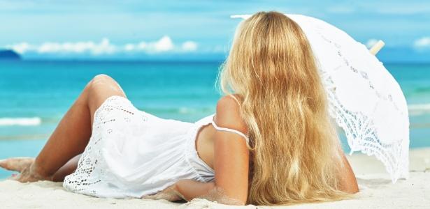 mulher-com-os-cabelos-loiros-na-praia