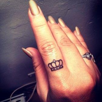 tatuagem-coroa-dedo