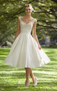 vestido-de-noiva-curto-de-setim-e-aplicação-de-pedraria