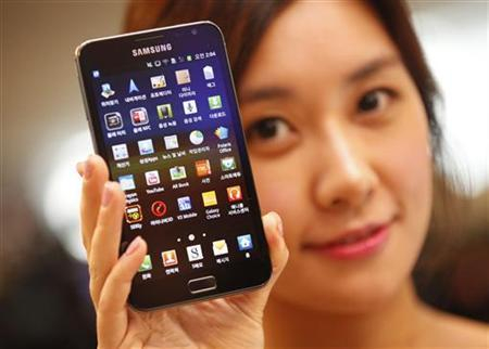 A model poses with a Galaxy Note of Samsung Electronics during a local launch event for Samsung's mobile devices at the company's headquarters in Seoul